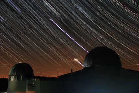 Sternstrichspuren über der Sternwarte