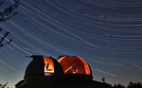 Sternwarte mit Strichspuren