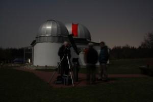 Beobachter vor der Sternwarte